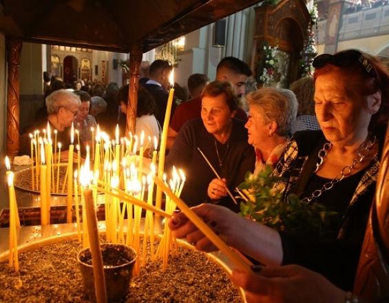 Κοσμοσυρροή για ένα κερί στη χάρη του Αγίου Μηνά