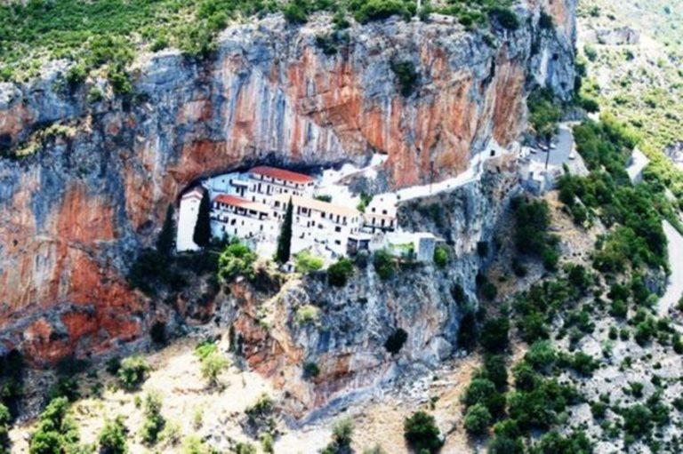 Μονή Έλωνας: Το γατζωμένο σε έναν τεράστιο βράχο μοναστήρι που προκαλεί δέος