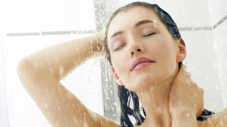 Οι 3 συνήθειες στο μπάνιο που πρέπει να αλλάξεις για το καλό της επιδερμίδας σου
