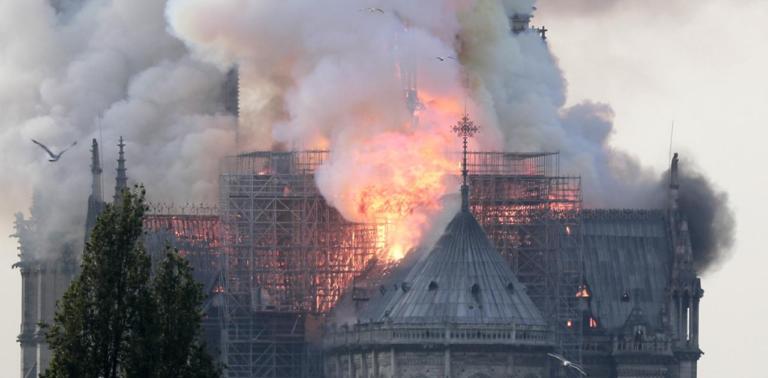 H Notre Dame στις φλόγες γίνεται ταινία από τον Ζαν Ζακ Ανό